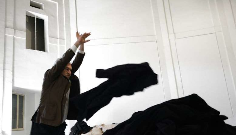 Jannis Kounellis in retrospettiva a Venezia. Per la sua opera in sogno e in accumulo