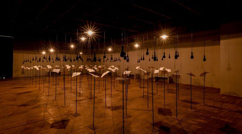 'For In Your Tongue, I Can Not Fit'. Alla Biennale di Venezia, Shilpa Gupta inchioda i versi dei poeti perseguitati