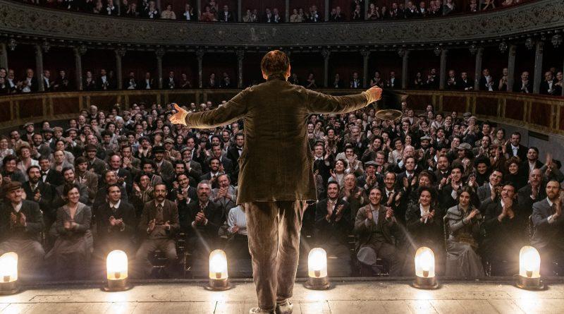 Venezia 78, giorno 7. Mario Martone racconta Scarpetta e piovono applausi
